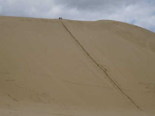 Regardez bien en haut de l'image les personnes attendant avec leurs planches de surf pour la descente